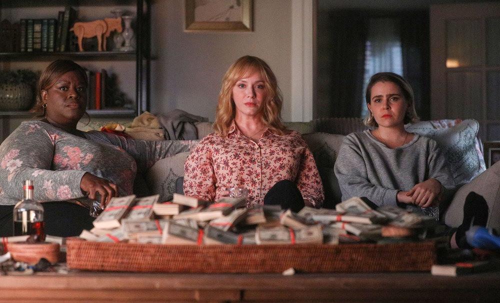 actrices de la série good girls assisent devant une pile de billets