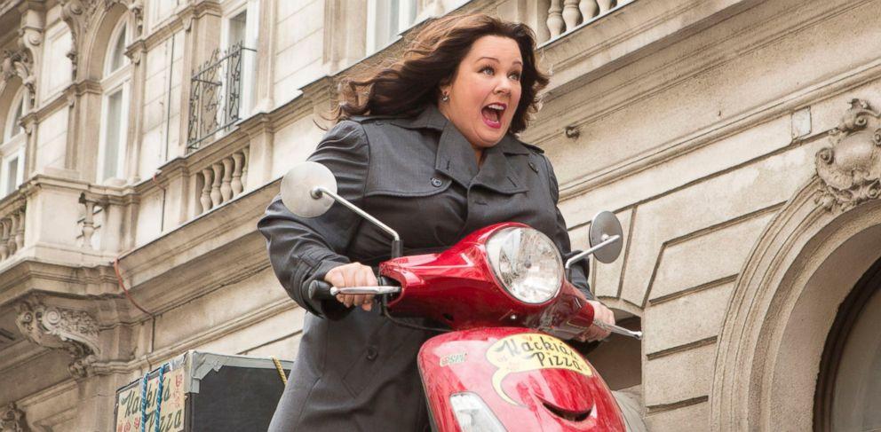 scène du film spy, héroïne sur un scooter
