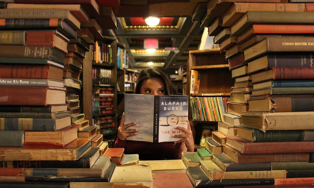 femme lit entourée de livres