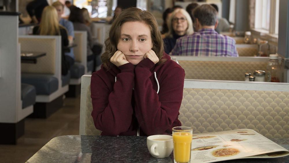 femme anxieuse pensive dans un café