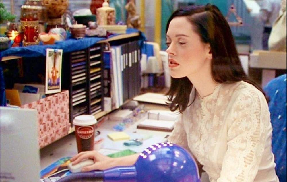 paige de la série charmed travaille à son bureau