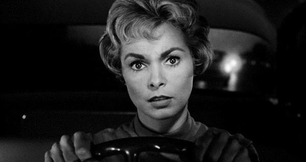 femme paranoïaque conduit voiture psychose
