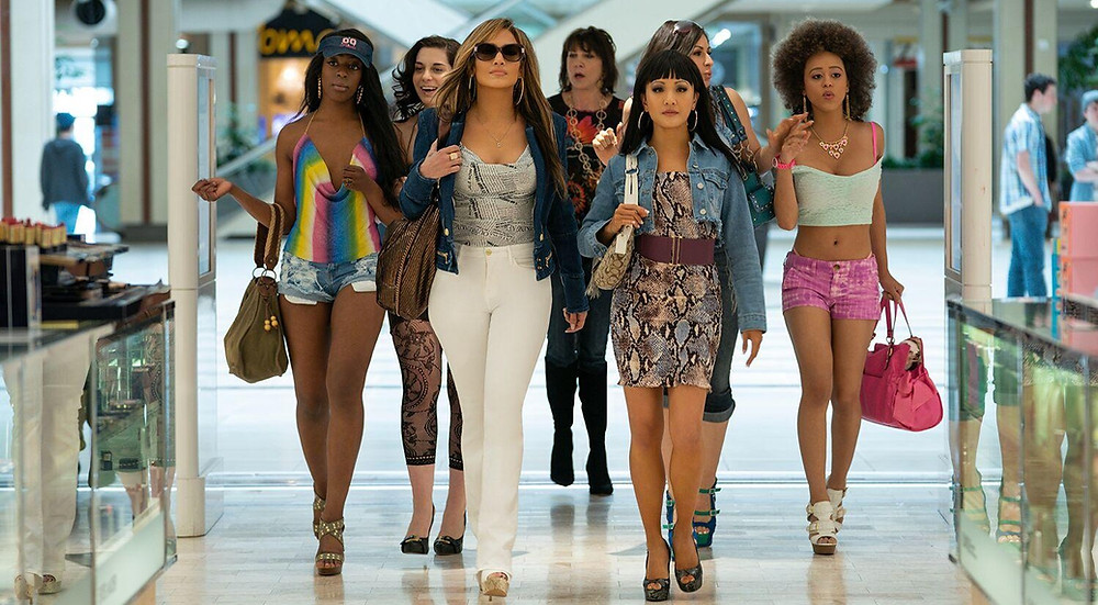 film hustlers un groupe de femmes marchent dans un centre commercial