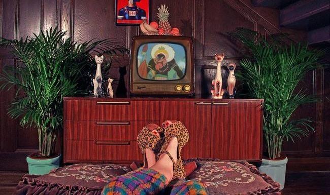 femme allongée devant la télé