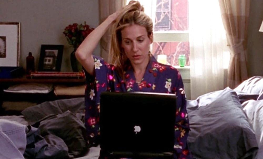 Carrie Bradshaw écrivant sur son ordinateur