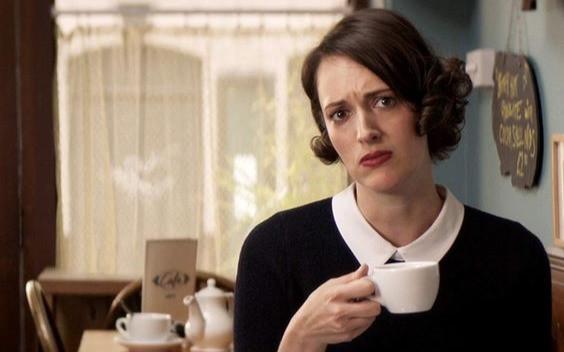 fleabag femme dans salon de thé