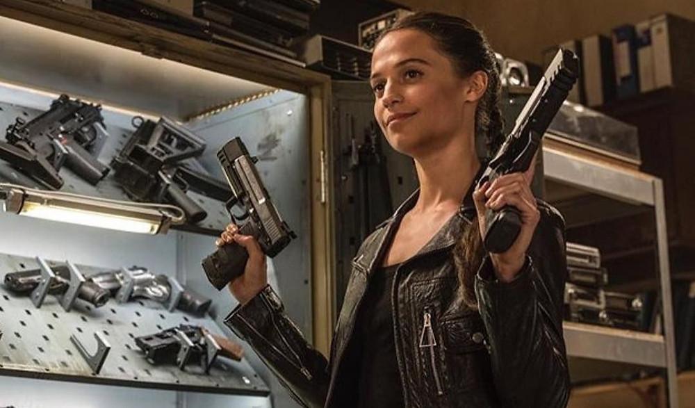 film tomb raider lara croft avec des armes aux mains