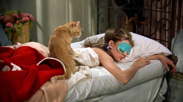 audrey hepburn dort dans un lit