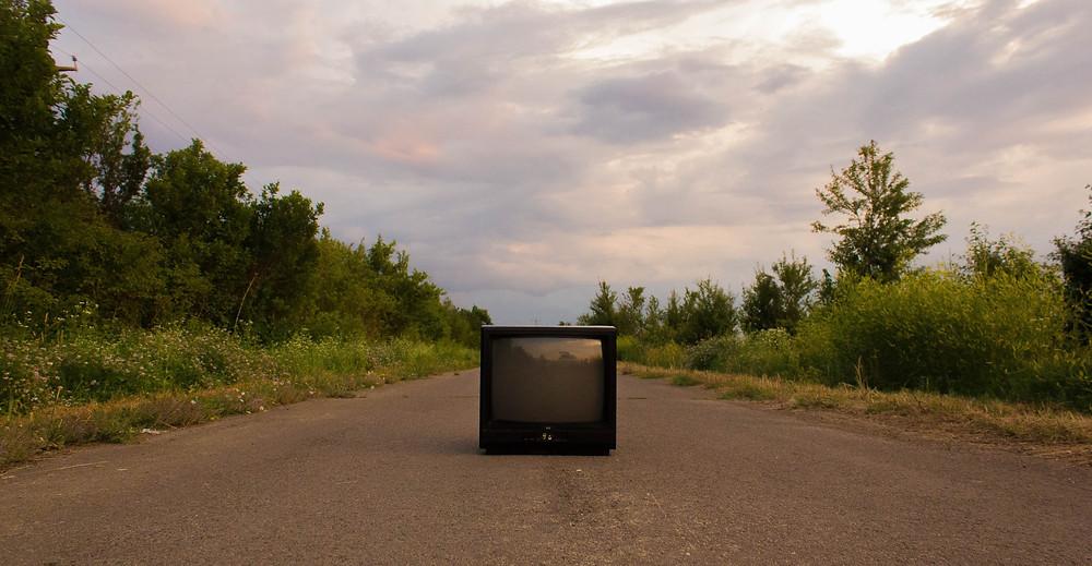 télévision sur une route