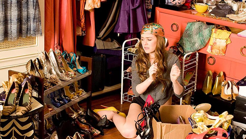 confessions d'une accro au shopping assise dans son dressing