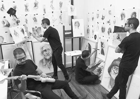 juan perednik dibujando en su estudio y pintando