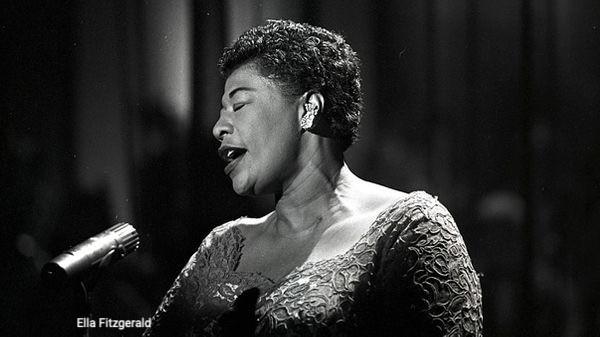 Portrait en noir et blanc d'Ella Fiztgerald en concert