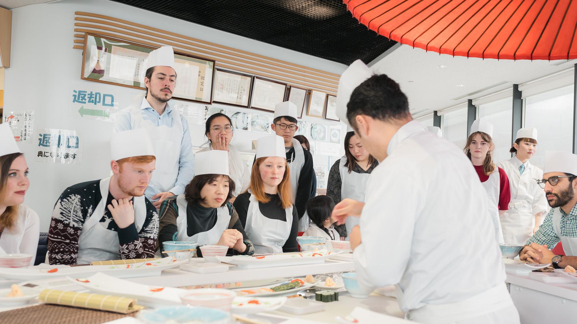 Students watching Chef Suda teach nigiri sushi tecniques.