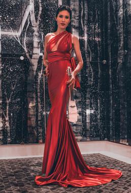 Стефания Скрипачка в красном платье