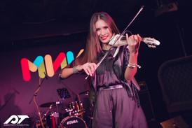 Скрипачка Стефания на сцене