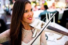 Скрипачка Стефания в ресторане Balzi Rossi