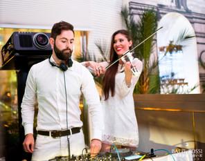 Скрипачка в белом и  DJ