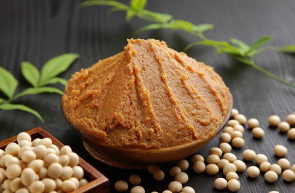 Miso vàng là miso trung đất - không quá mạnh và cũng không quá nhẹ, loại này được lên men chủ yếu là lúa mạch và một lượng nhỏ gạo, và dùng được với tất cả mọi thứ, bao gồm súp, xốt và men.
