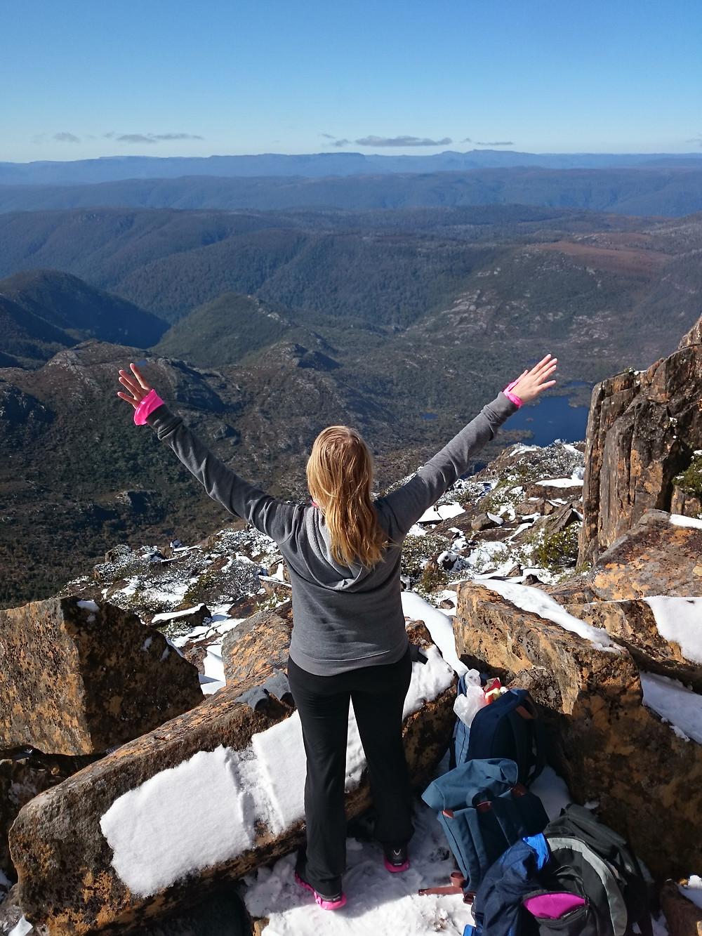 Voimaantumisen hetki Cradle vuoren huipulla Tasmaniassa