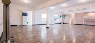 Salón con piso flotante
