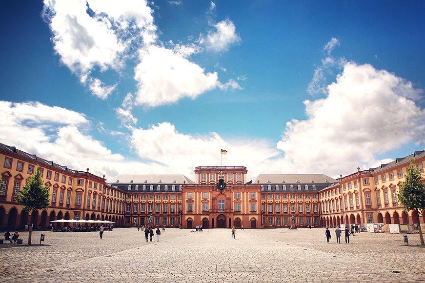 Schloss_Uni_Mannheim_edited.jpg