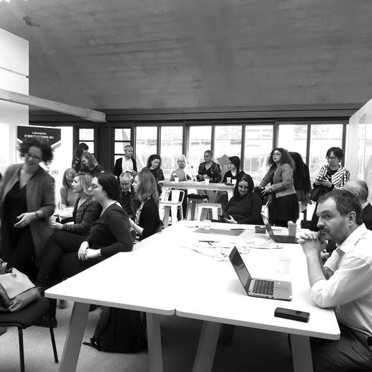 Un panel de futurs utilisateurs est réunit pour imaginer les futurs usages de l'espace de travail du futur
