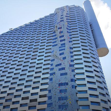 อาคารหน้าผาจำลองโปร่งแสง