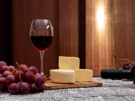 Noite de queijos e vinhos: confira elementos essenciais