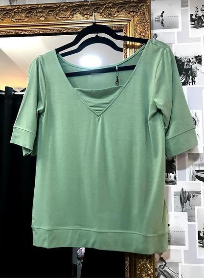 Tee shirt vert pâle face.jpg