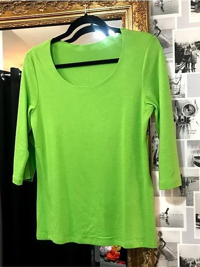 Tee shirt manches trois quart vert face.