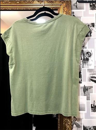tee shirt vert pâle avec motifs dos.jpg