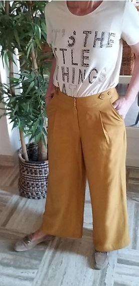 Pantalon moutarde fluide avec tee shirt