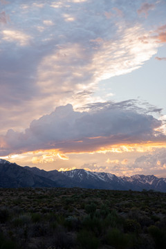 Solnedgång över berg i USA