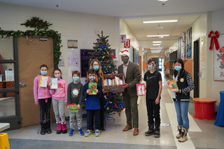 Nelligan Students make 900 Holiday Cards for Seniors