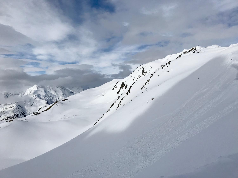 Schnee rutscht ueber Hang, Gamskogel Senderstal