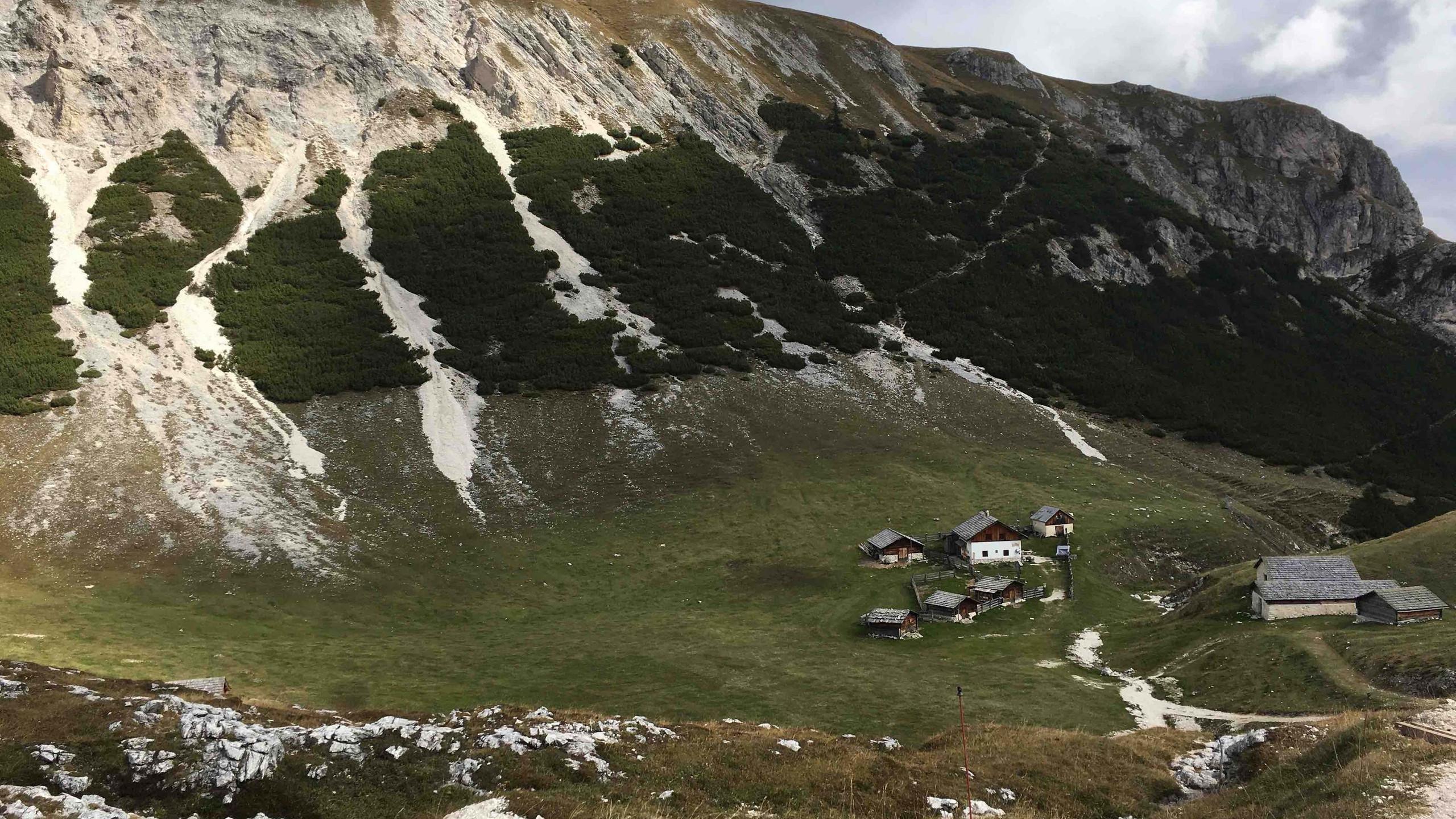 Kleines Almendorf nach dem Kreuzjoch, Biketour Pragser Wildsee