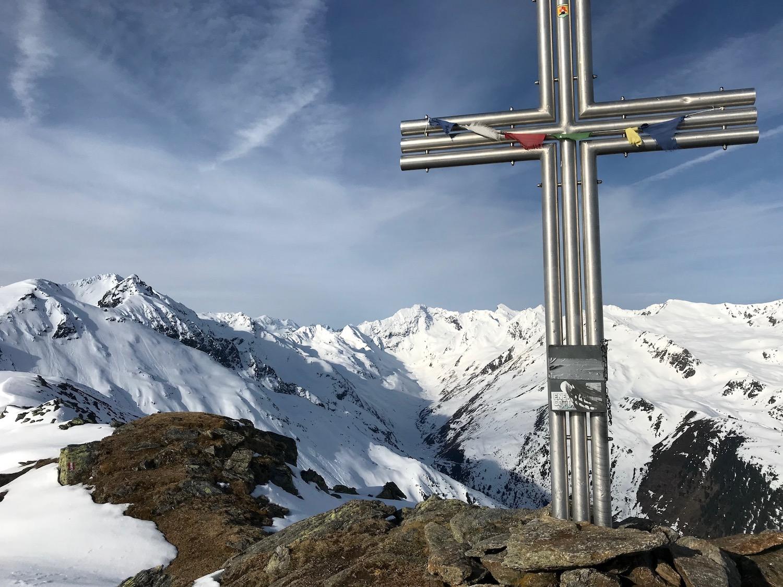 Gipfelkreuz mit Gebetsfahnen, Angerbergkopf Senderstal