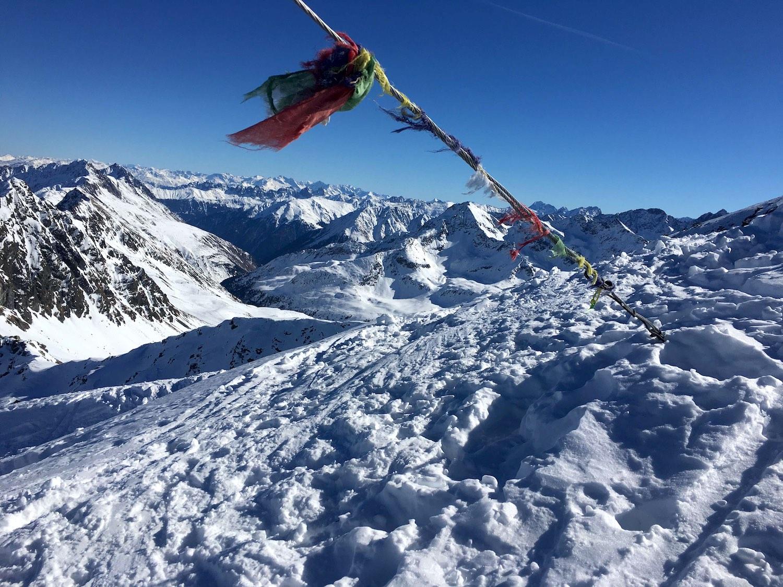 Gebetsfahnen am Gipfel, Skitour Pirchkogel