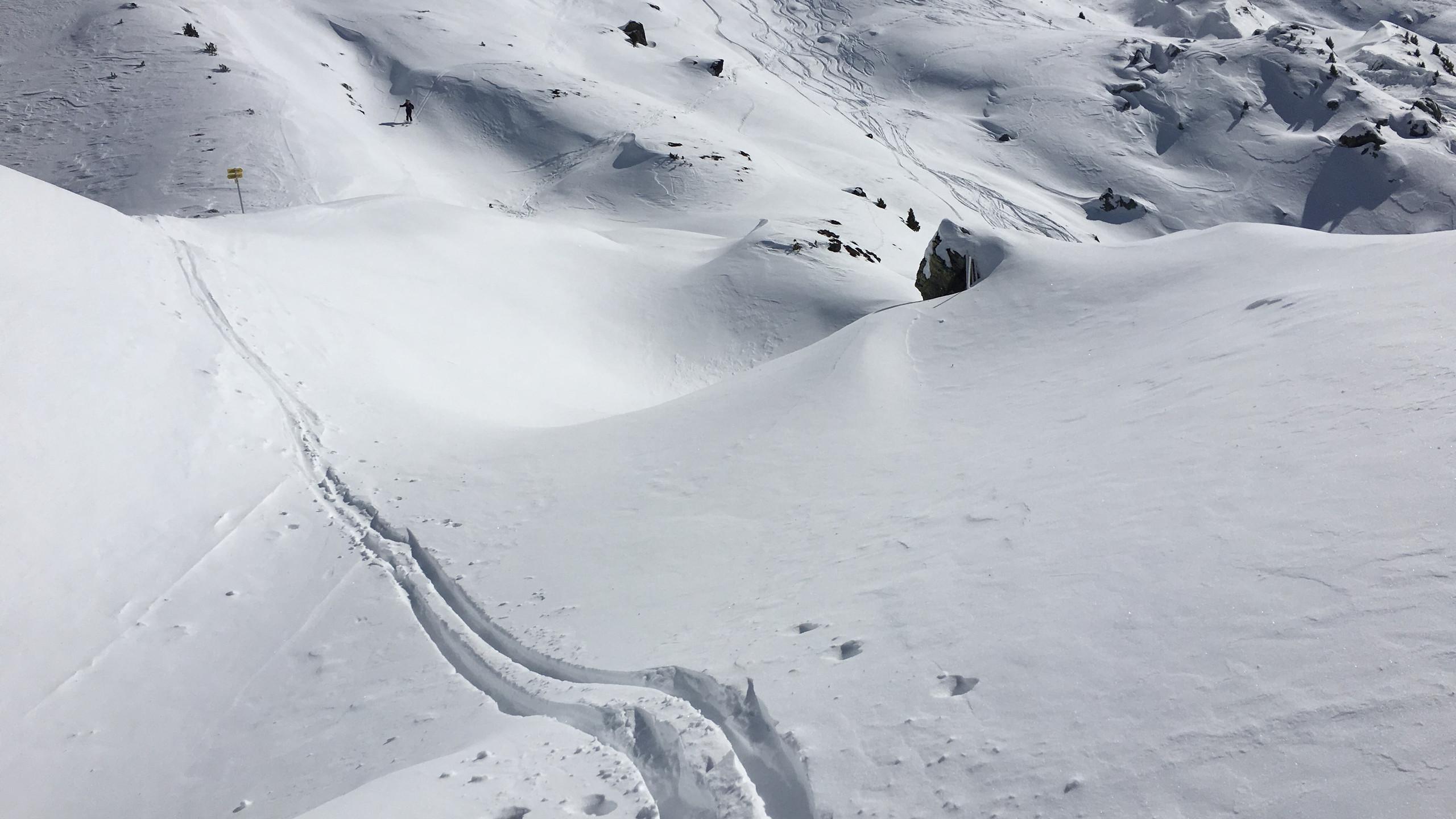 Spur bergab durch den Tiefschnee, Skitour Gilfert
