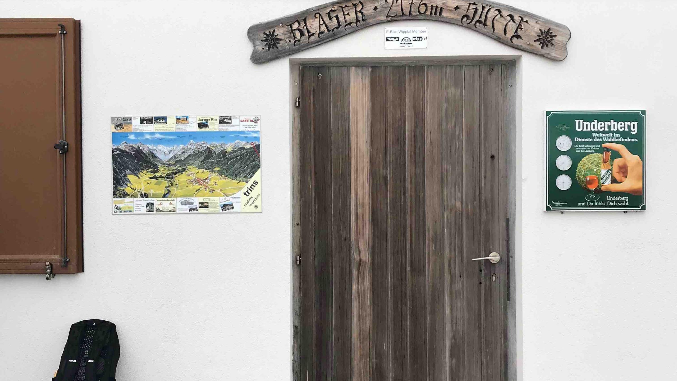 Holztuer der Blaserhuette, Biketour Gschnitztal