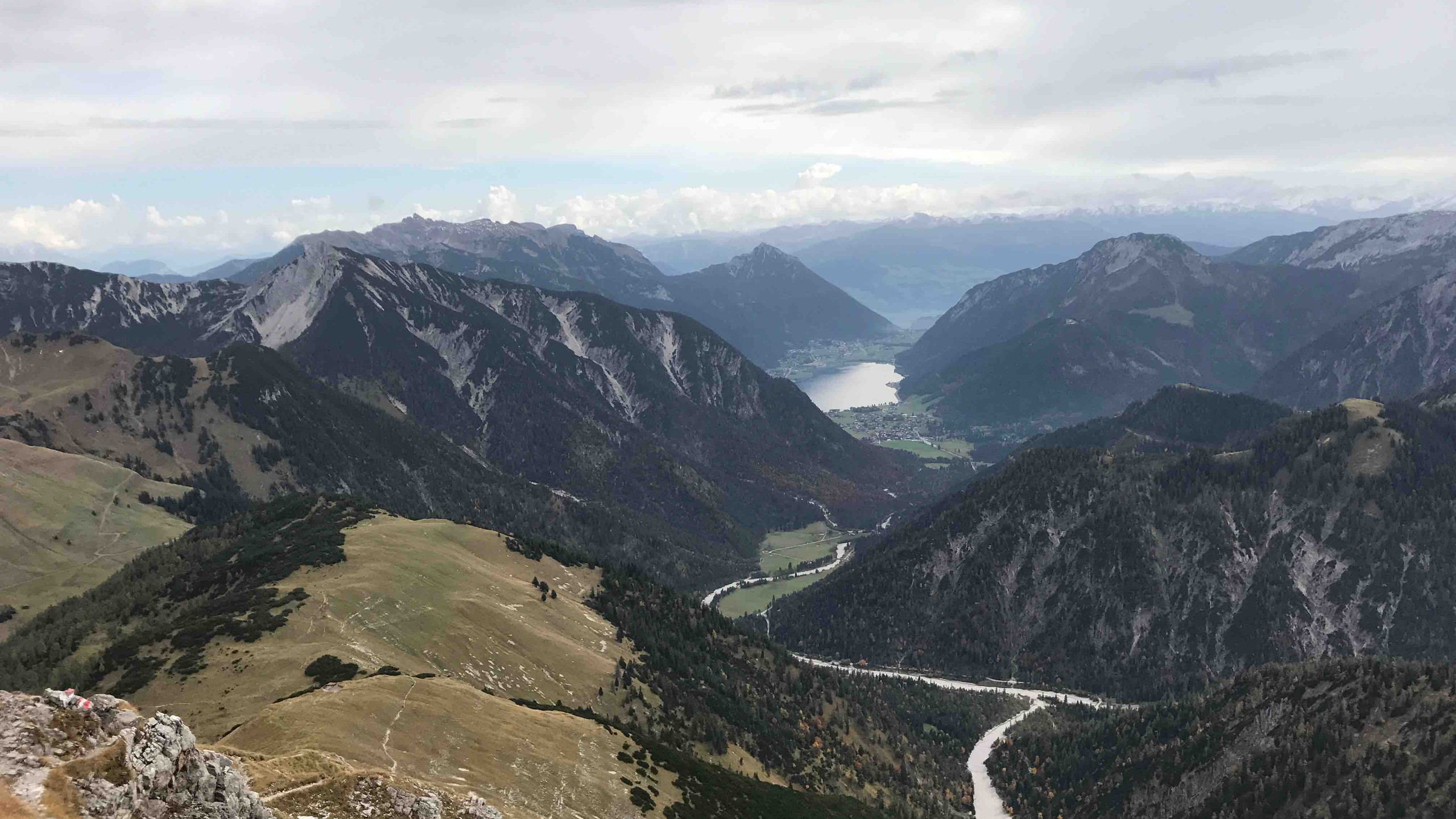 Blick in die Ferne zum Achensee, Bergtour Achensee