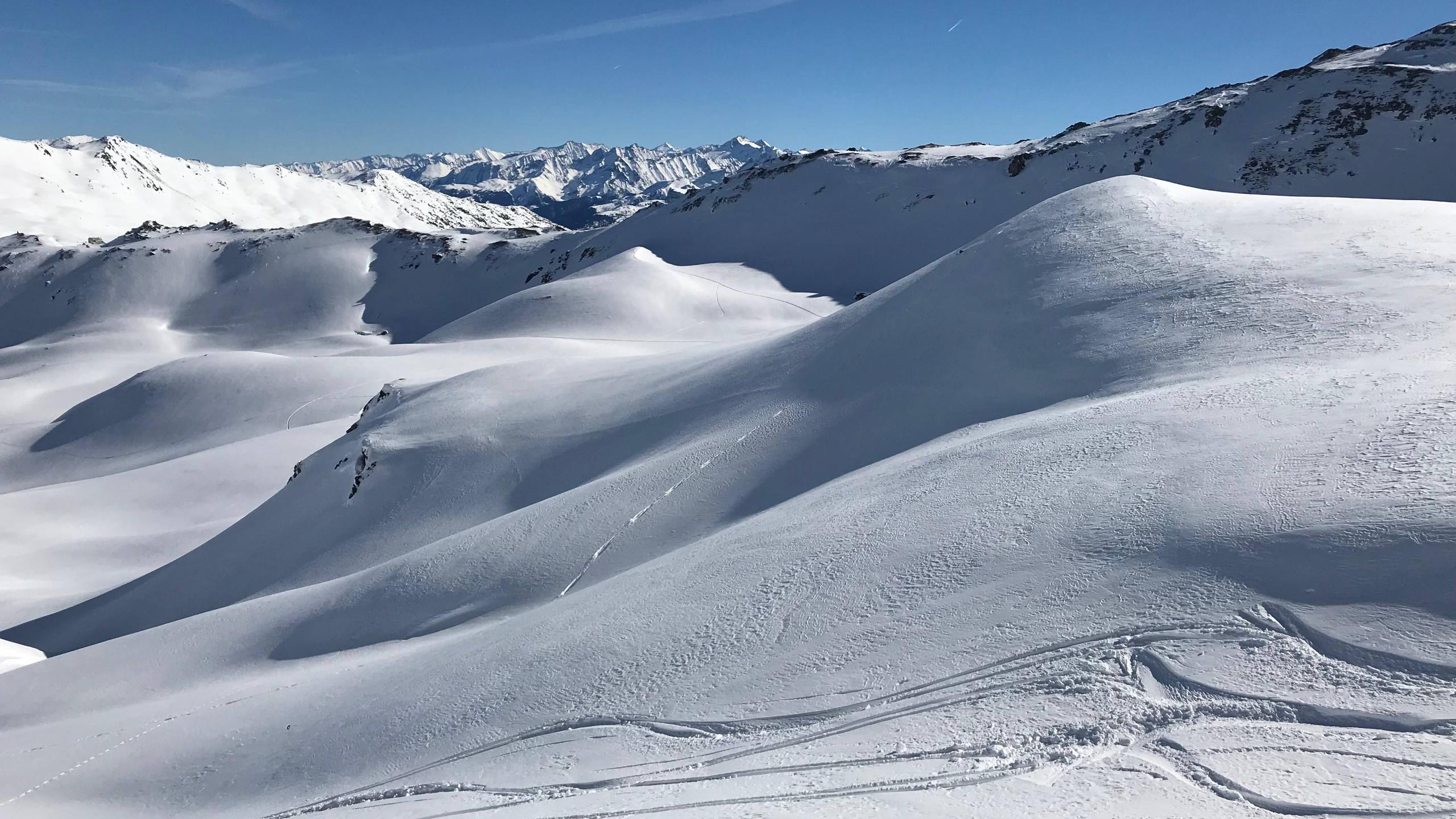 Schneelandschaft unter blauem Himmel