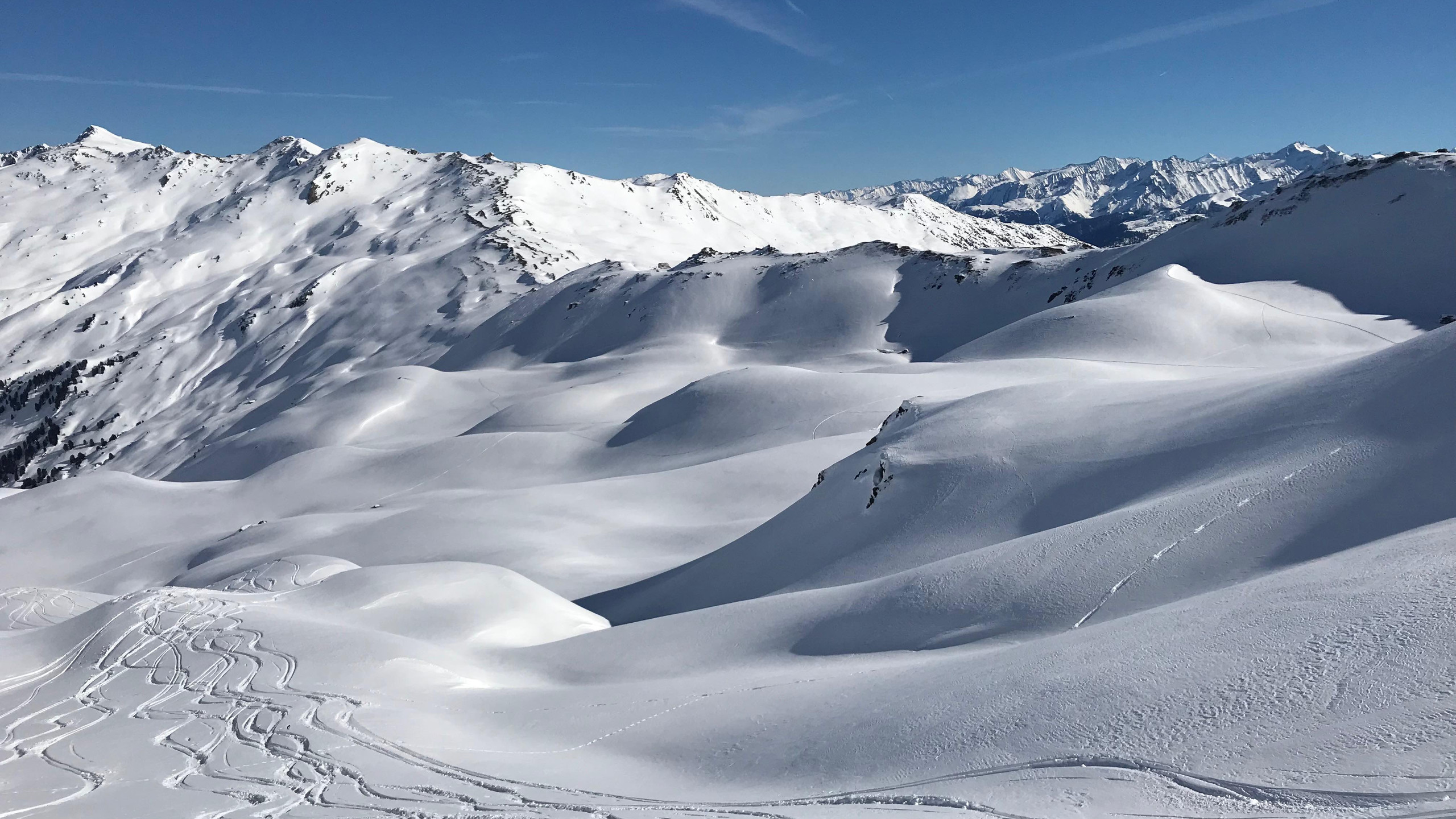 Schwünge durch frischem Schnee