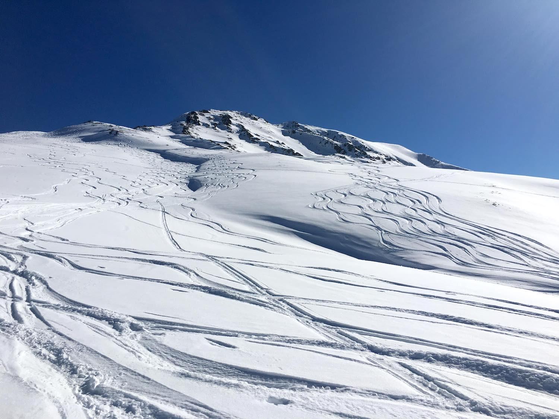 Abfahrtsspuren im Schnee, Skitour Pirchkogel