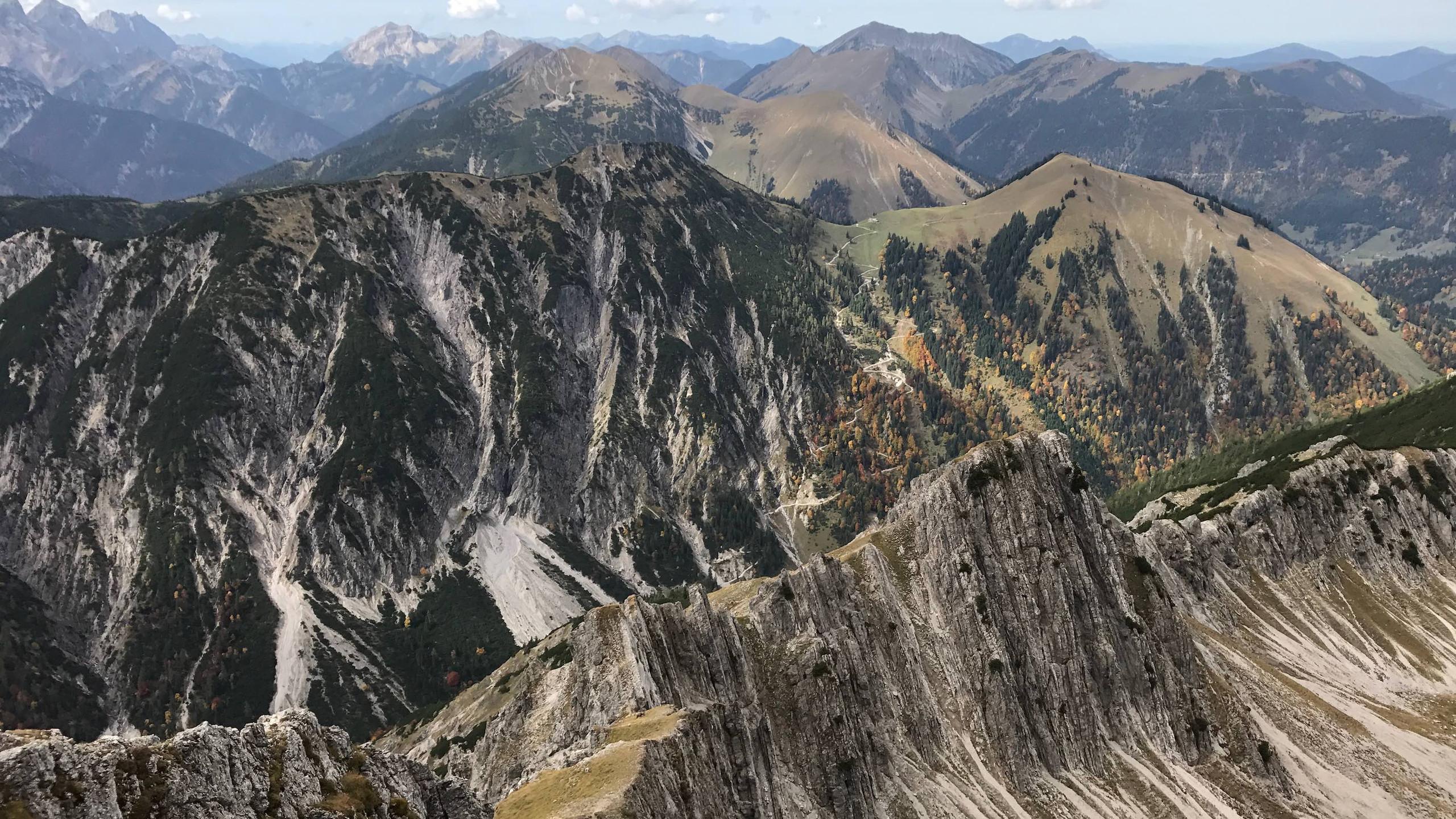 Aussicht auf die markanten Gebirgszuege, Bergtour Achensee