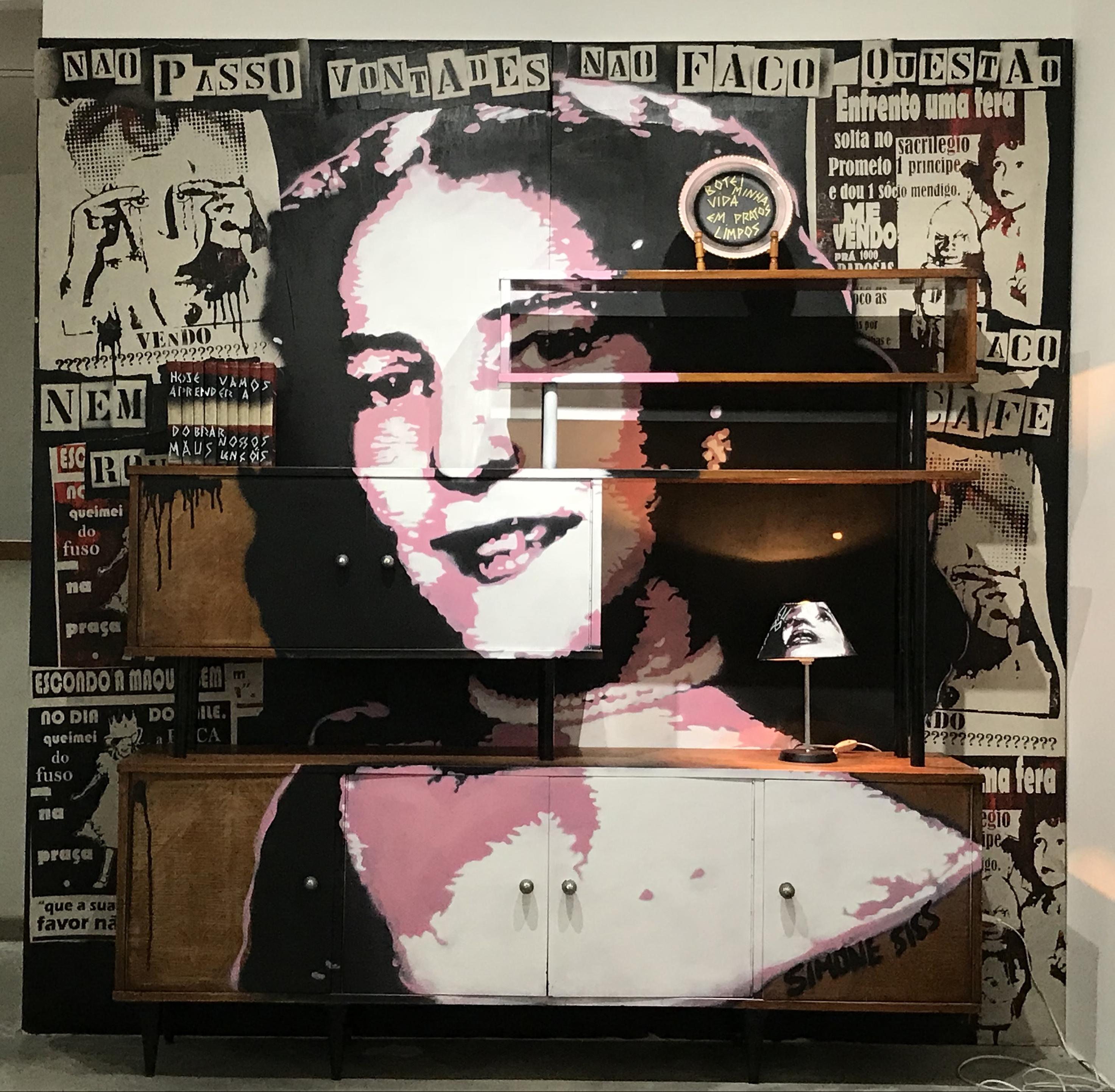 Senhorita Minha Mae.Stencil do rosto da mae da artista sobre estante vintage. Painel de lambes.