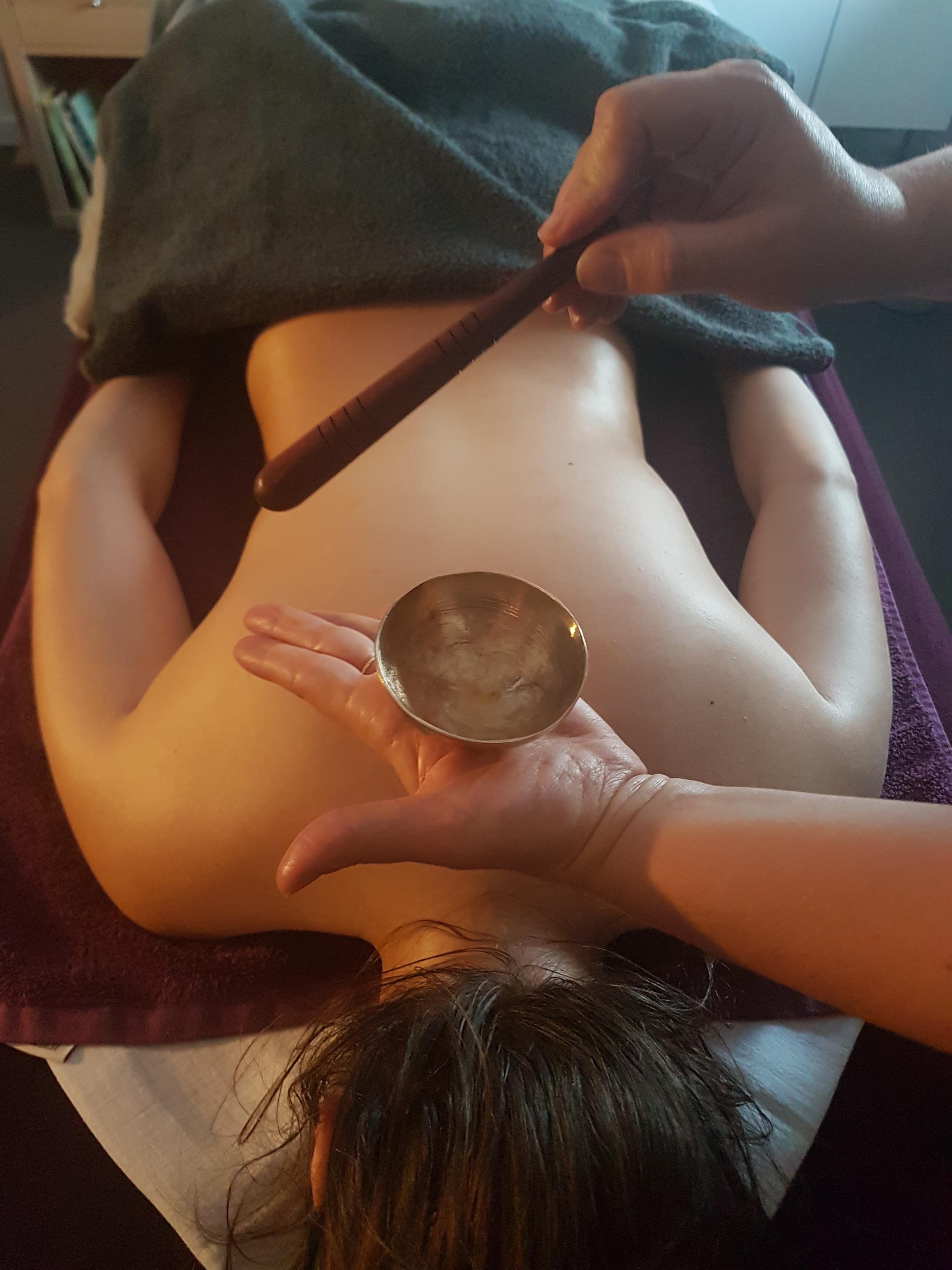Massage du dos indien au bol kansu