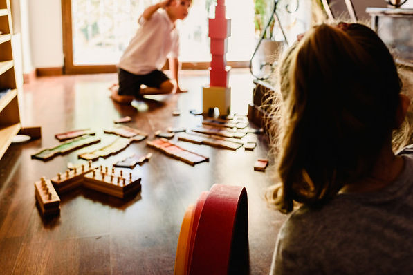 children-playing-with-pink-tower-montess