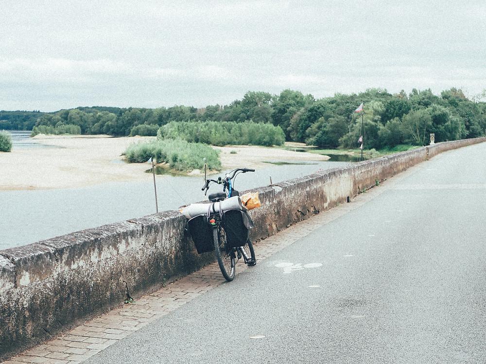 Vélo sur une route en bordure d'un fleuve