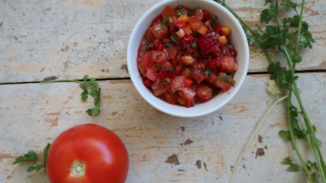 Salsa fresca ou cruda aux tomates, aux fraises et à la coriandre
